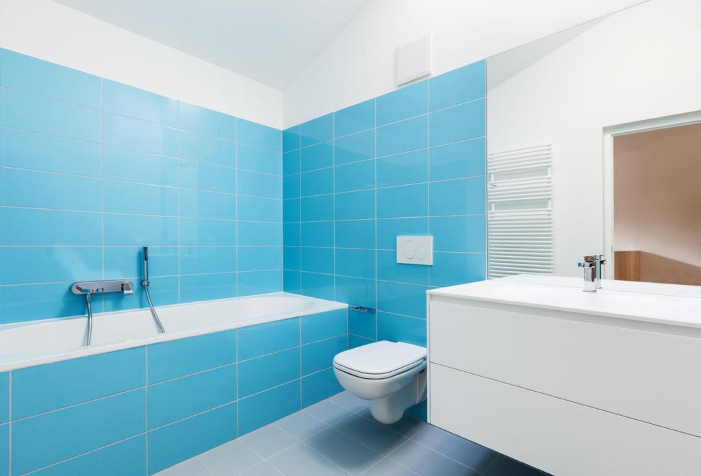 Blaues Bad mit Badewanne
