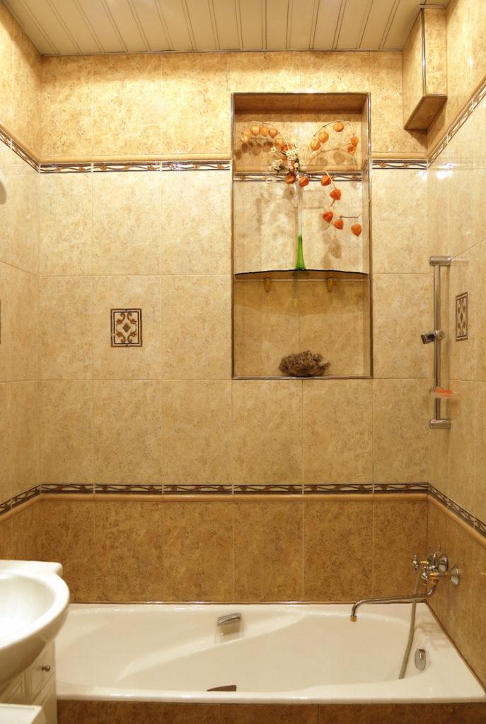 Badewanne mit braunen Fliesen